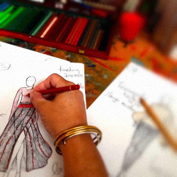 mano dibujando un diseño de ropa