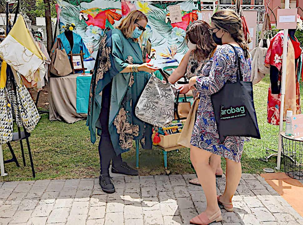 Elisa atiende a clientes en su puesto den Dreamer Market