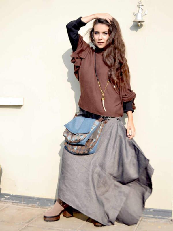 modelo con una falda-capa color gris de la marca Farowear