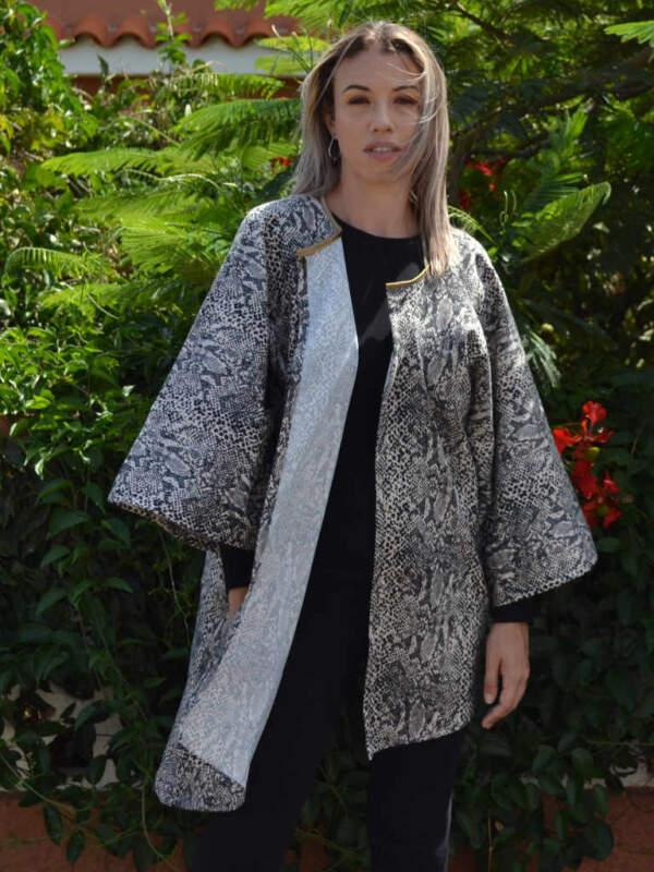 Modelo con kimono de estampado animal print piel de serpente