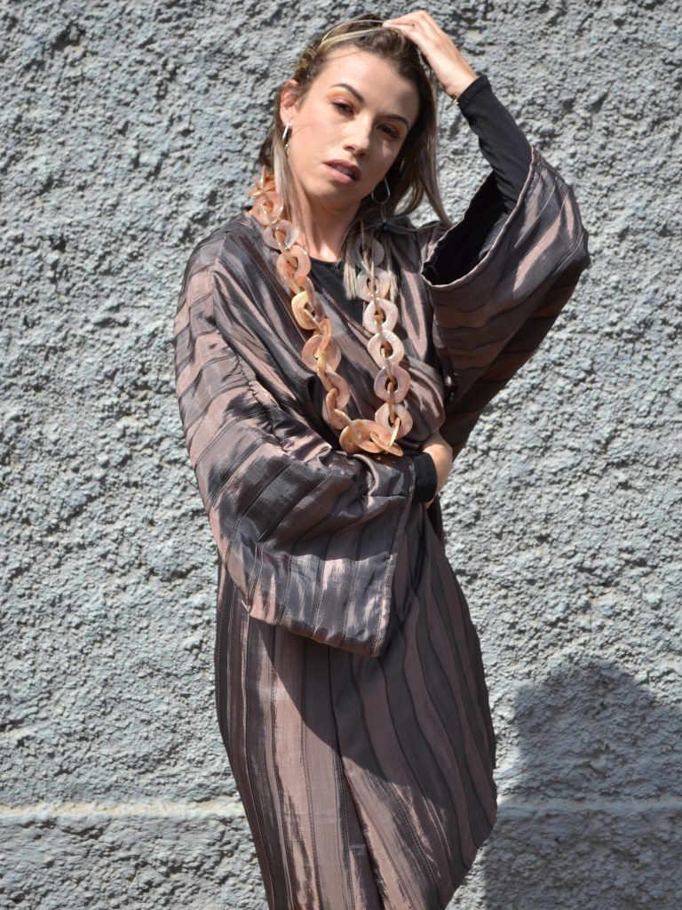 Modelo con un kimono de color cobre