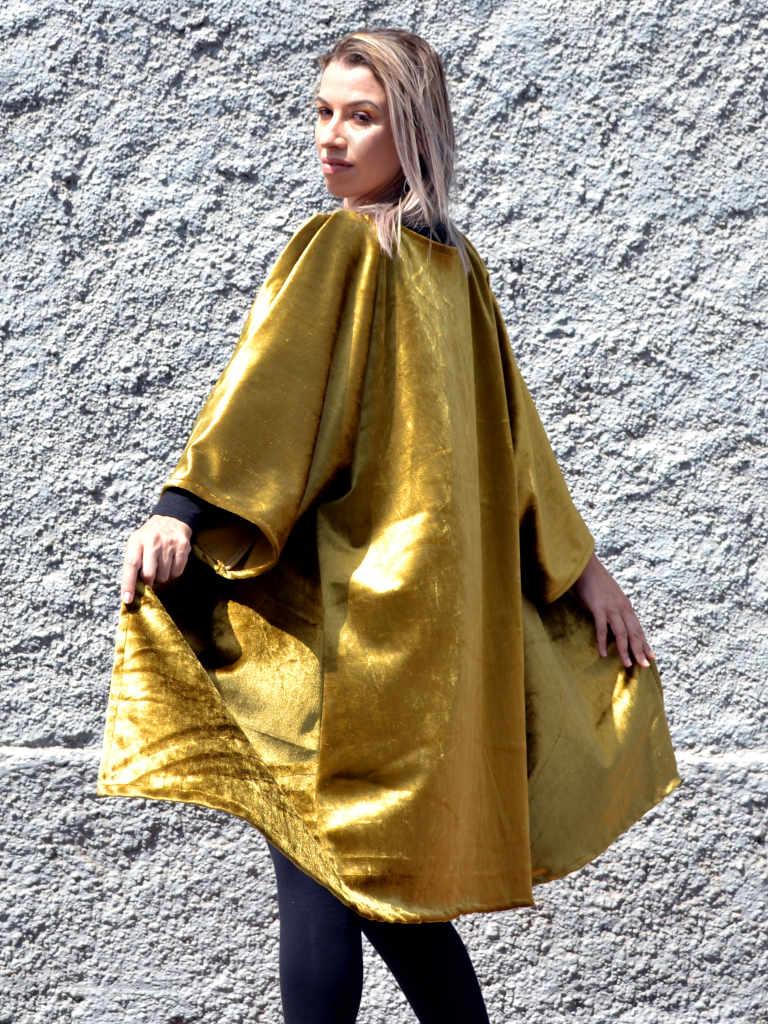 Modelo lleva u kimono color dorado