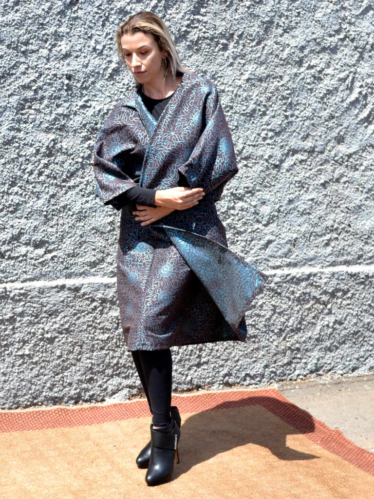 Modelo con kimono de Farowear con estapado color olmo y gris oscuro