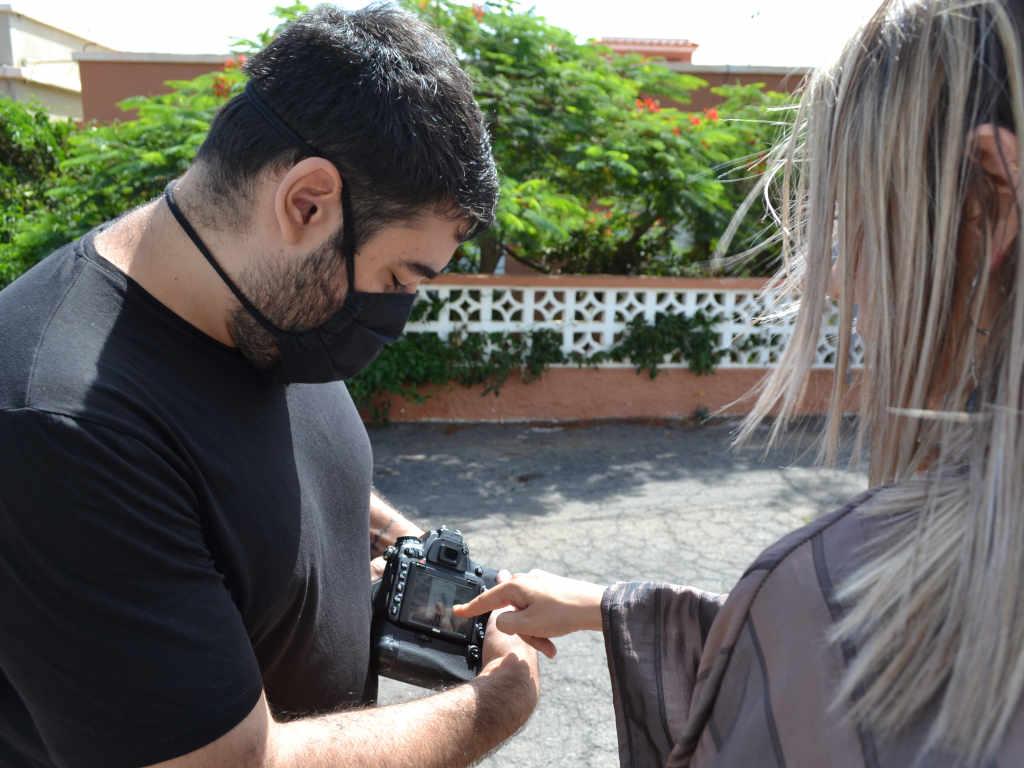 El fotófrafo Eric Iglesias mostrando una foto a la modelo Ana Berdejo