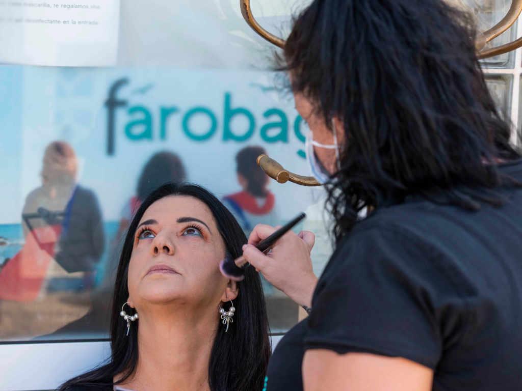 Jenifer, la maquilladora, prepara la modelo Isa para sus fotos