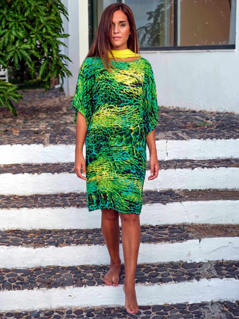 Modelo con vestido Isa de Farowear con estampado verde intenso