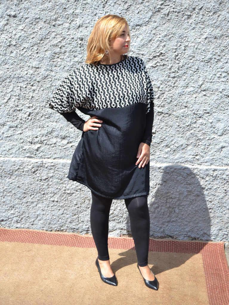 Modelo con vestido Isa de Farowear con estampado cadena y negro