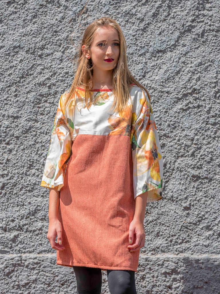 Modelo con vestido Isa naranja y floral