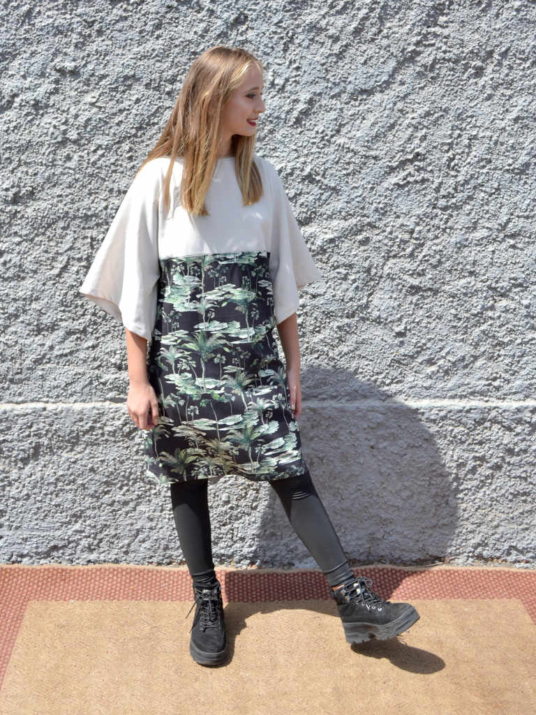 Modelo con vestido modelo Isa gris claro y estapmado botánico