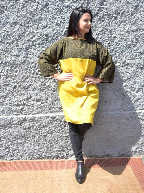 Modelo con vestido Isa amarillo y verde