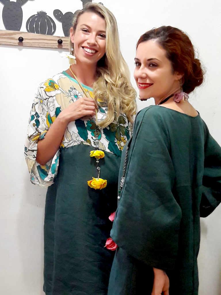 dos modelos con vestido modelo Isa verde y floral