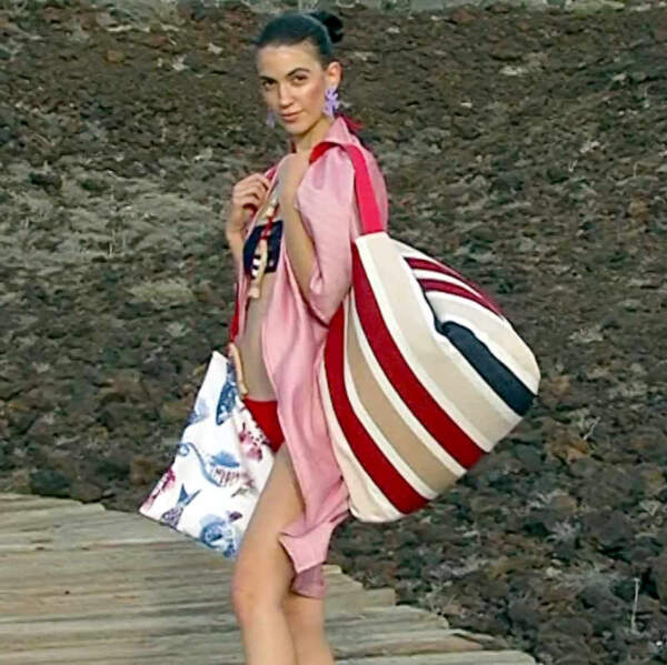 Modelo con Beach Bag XXL de la serie Alba de la coleccioón de verano 2021 de Farobag