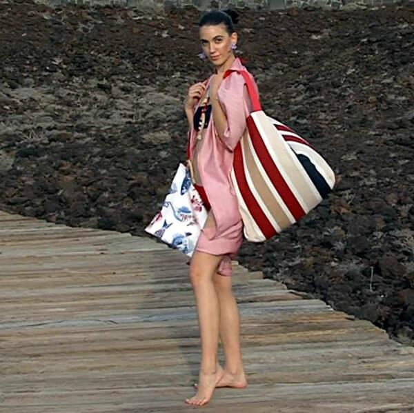 Modelo con el bolso de playa XXL de la marca Farobag
