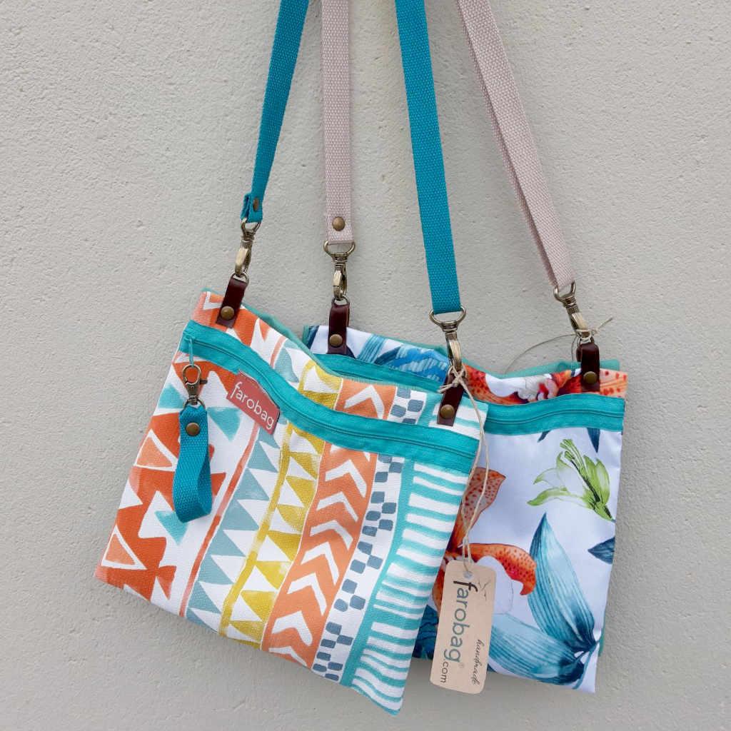dos bolsos de tela minibag de la marca Farobag colgados de un gancho en la pared